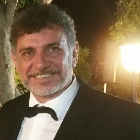 Filippo Lo Iacono nasce a Palermo il 17/03/1960 dove vive ed è residente.